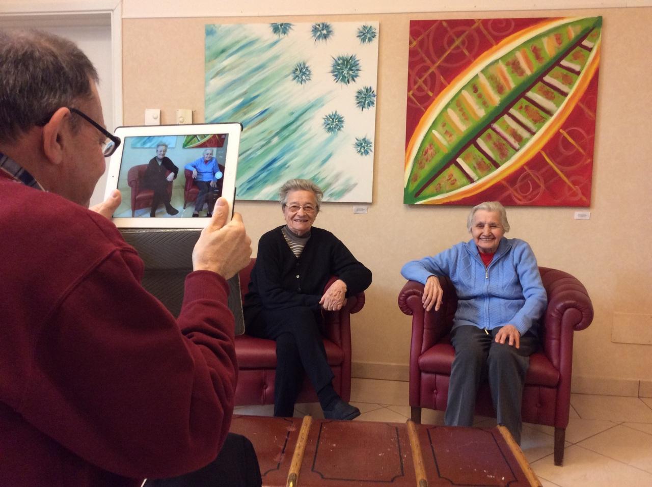Anziani social nella casa di riposo alle porte di Milano